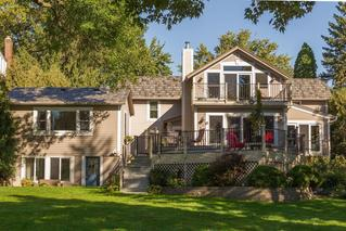 This single-family home features the Arrowline Shake T-Tone Blend Roofing from EDCO to achieve the style and quaity desired by the homeowner.