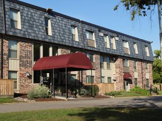 Arrowline Slate Stone Blend from EDCO is featured on the front of an apartment building in Minnesota.