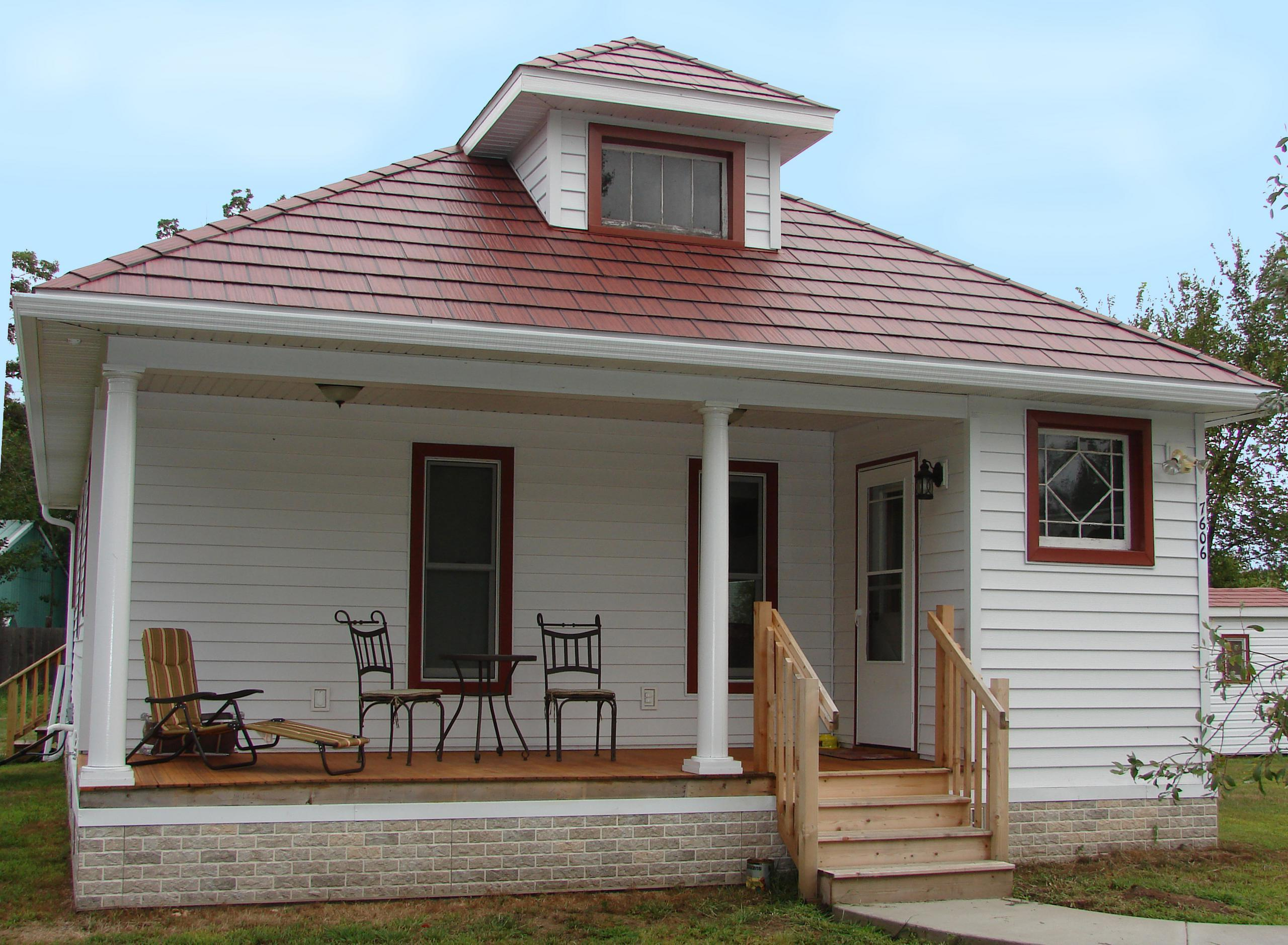 The homeowners of a small cottage in Wisconsin selected Generations Shake Classic Red HD Roofing to keep the same style and character that the home has always had in the community.