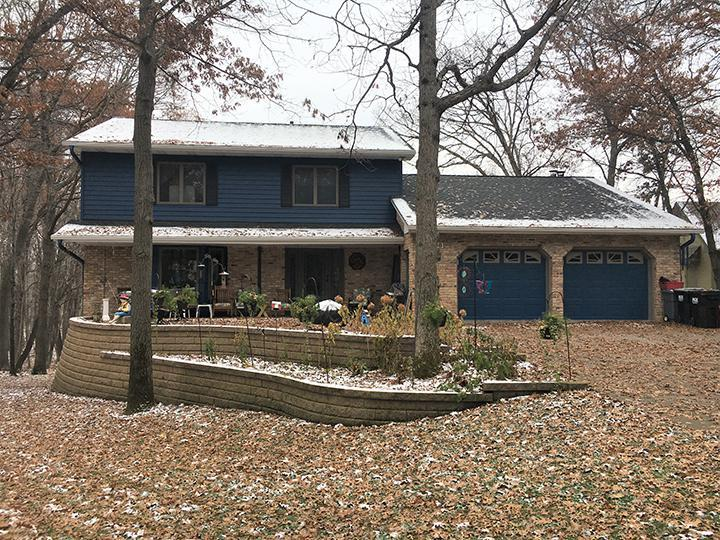 The homeowners selected EDCO's Prism Traditional Lap Siding in Sapphire for their split-level home to reduce the required maintenance of the exterior of their home.